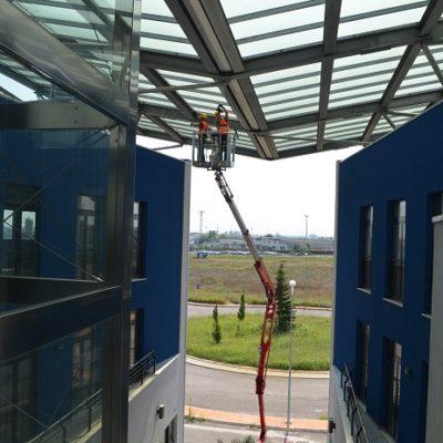 Hinowa spinhoogwerker bij werkzaamheden aan een dakconstructie.