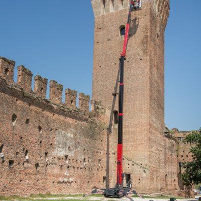 Hinowa LL33.17 spinhoogwerker op volledige hoogte bij werkzaamheden aan kasteel.