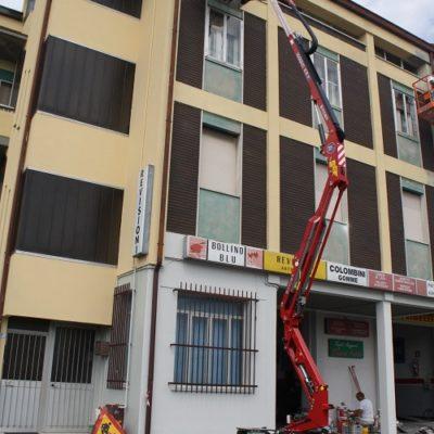 Hinowa GL14.70 in gebruik door een schilder voor het schilderen van een appartementen complex.