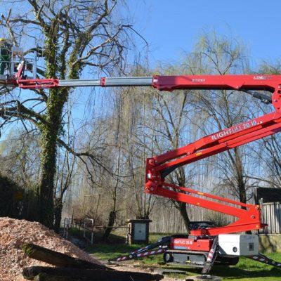Hinowa LL20.10 in gebruik bij het snoeien van bomen.