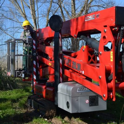 Hinowa LL20.10 rijdt een tuin binnen voor snoeiwerkzaamheden.