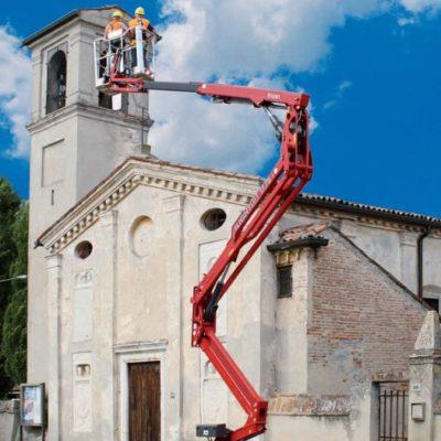 Spinhoogwerker Hinowa bij inspectie van een kerktoren.