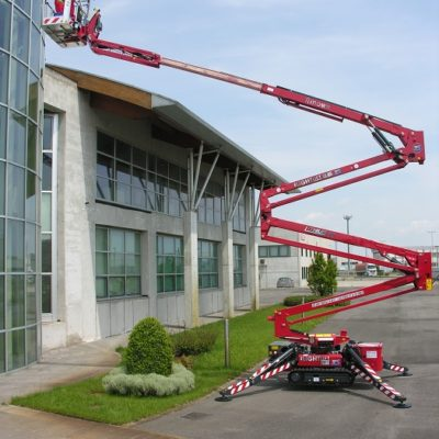 Spinhoogwerker van Hinowa ingezet bij werkzaamheden aan een kantoorgebouw.