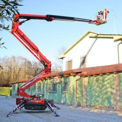 Hinowa 20 meter spinhoogwerker bij een plaatsing van een antennemast.