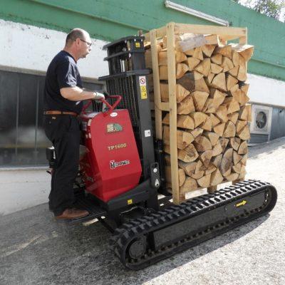 Haardhout verplaatsen met een Hinowa TP1600 rupsheftruck van Safety Lift.
