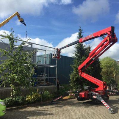 Staal constructie werkzaamheden met een Hinowa spinhoogwerker van Safety Lift.
