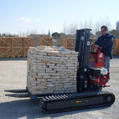 Pallet stenen verplaatsen met een Hinowa TP1800 rupsheftruck van Safety Lift.