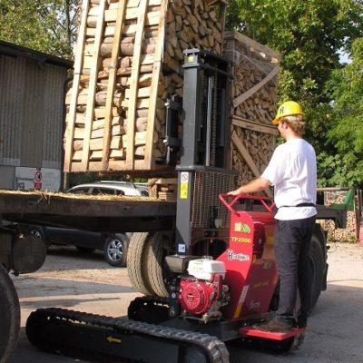 Haardhout op een oplegger laden met een Hinowa TP2000 rupsheftruck van Safety Lift.