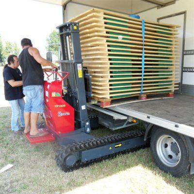 Een vrachtwagen laden met een Hinowa TP1800 rupsheftruck van Safety Lift.