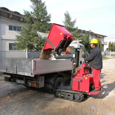Grind kiepen in een laadbak met een Hinowa HS1100 rupsdumper met hi-tip van Safety Lift.
