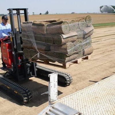 Graszoden verplaatsen met een Hinowa TP2000 rupsheftruck van Safety Lift.