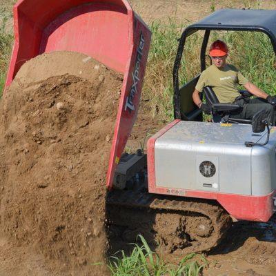 Zand kiepen met een Hinowa TX2500 Traxporter van Safety Lift.