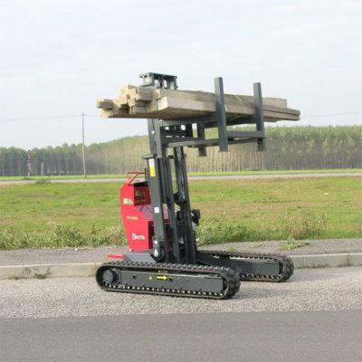 Houten balken verplaatsen met een Hinowa rupsheftruck van Safety Lift.