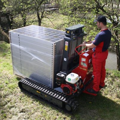 Zonnepanelen verplaatsen met een Hinowa TP1800 rupsheftruck van Safety Lift.