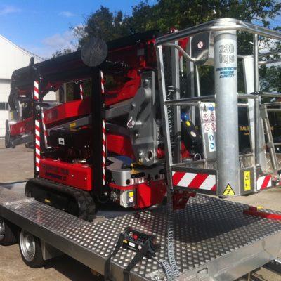 Safety Lift leverd Hinowa spinhoogwerkers op een aanhangwagen.