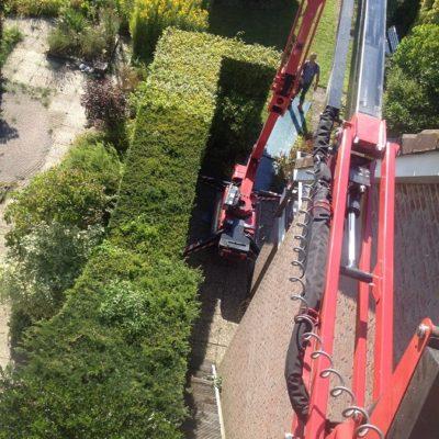 Hinowa spinhoogwerker van Safety Lift in de tuin.