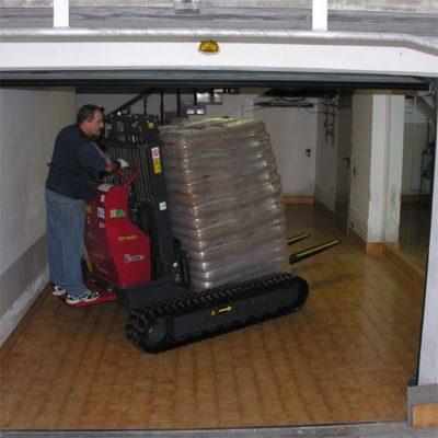 Pallet korrels verplaatsen met een Hinowa rupsheftruck TP1800 van Safety Lift.