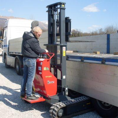 Hinowa TP1800 rupsheftruck laadt een oplegger van vrachtwagen.