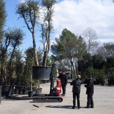 Hinowa TP1600 rupsheftruck transporteert een boom.